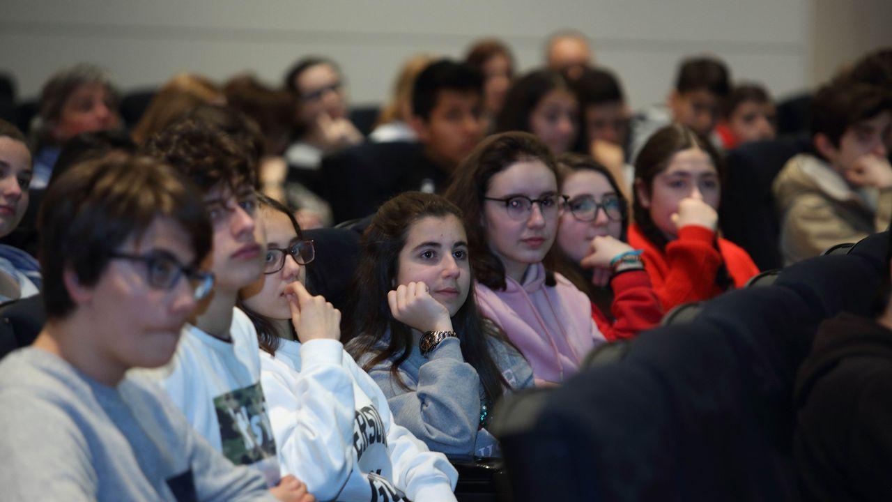 Los alumnos siguen atentos lo que dice el terapeuta