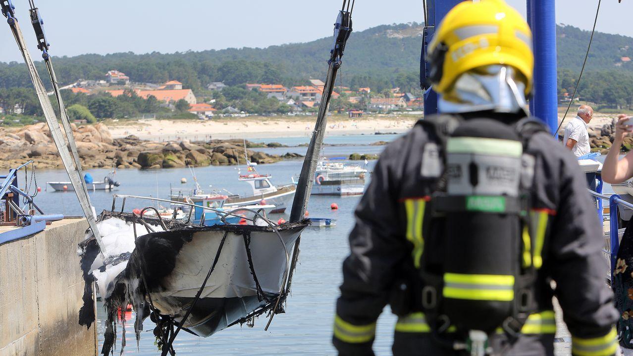El fuego devora una embarcación de recreo en San Vicente tras una explosión.