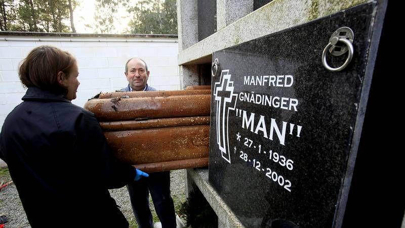 Operarios de una funerario retiraron el ataúd ayer por la tarde