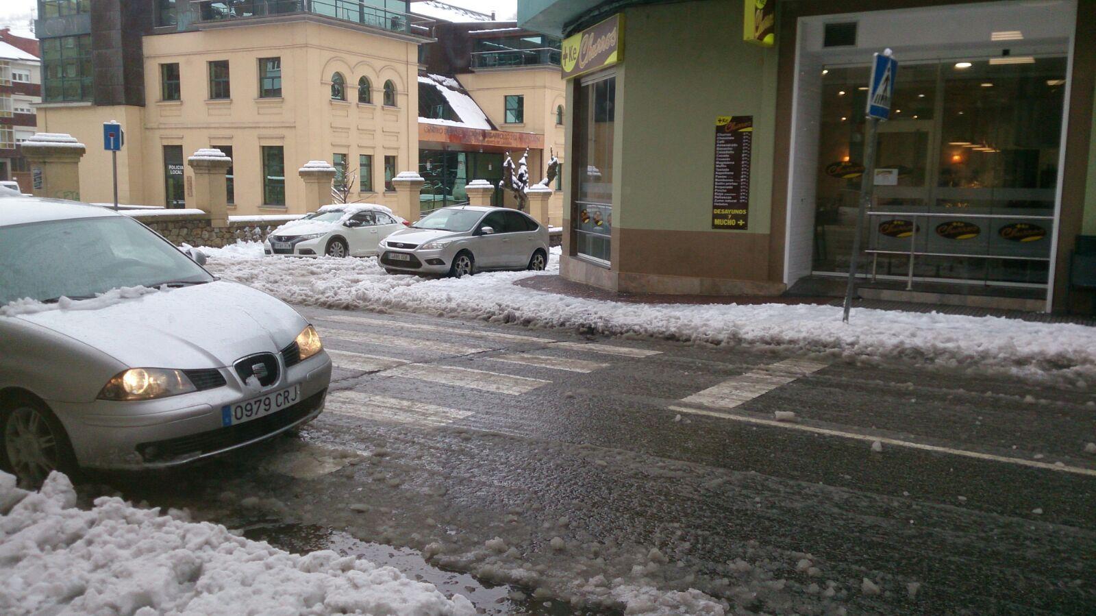 La nieve dificulta el tráfico en la autopista del Huerna.La nieve llega a Laviana