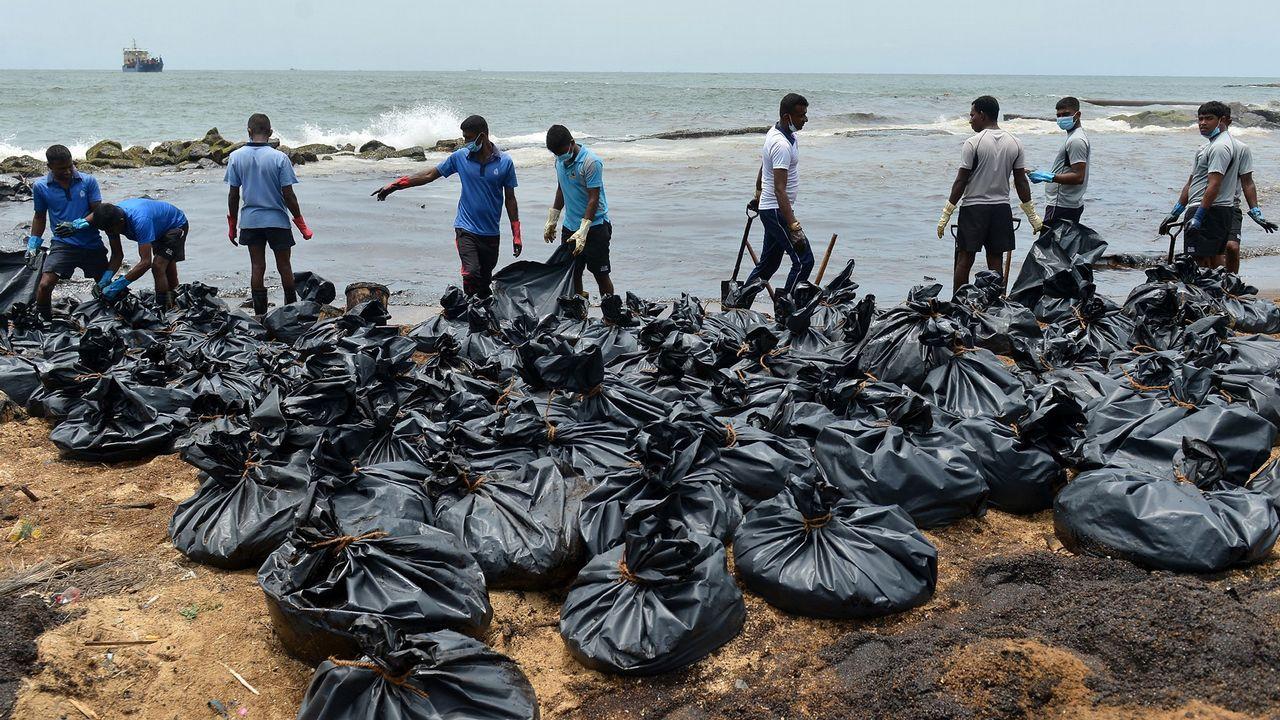 Labores de limpieza en Sri Lanka, tras la rotura de un oleoducto