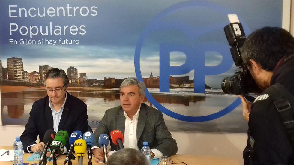 La ministra de Fomento, Ana Pastor, durante una visita las obras de construcción de la Variante ferroviaria de Pajares.Mariano Marín (derecha) y Pablo González, en la sede del PP gijonés