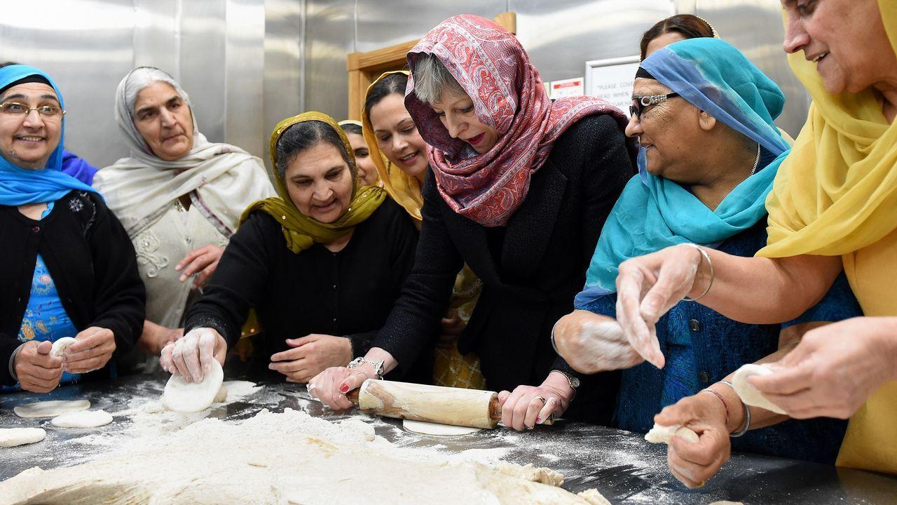 Theresa May estira la masa del pan durante su visita a la ciudad de Walsall, en Inglaterra