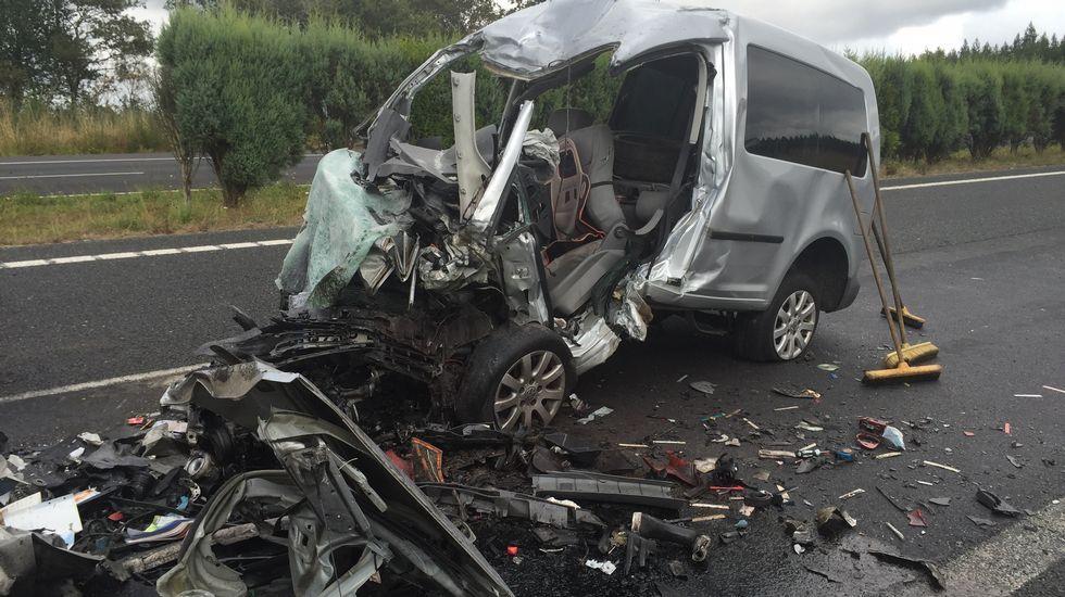 Dos muertos en un accidente en la A-6.Personal del ambulatorio de Betanzos atendiendo las solicitudes de citas