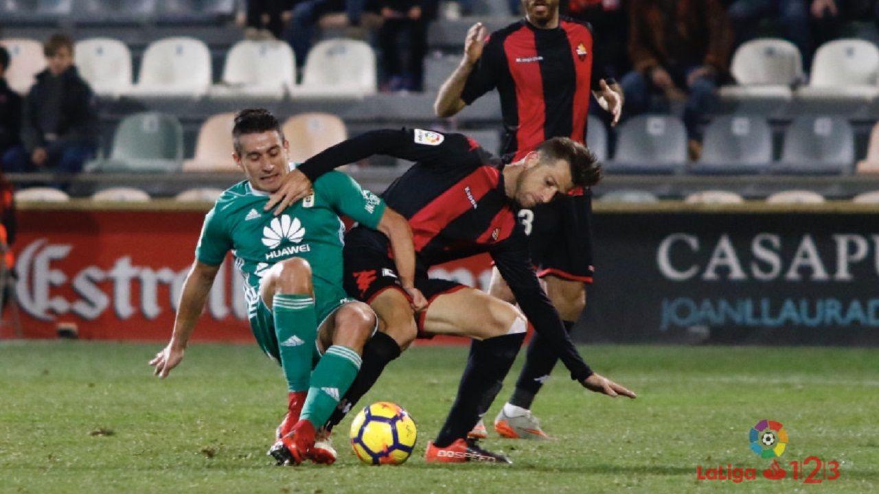 Saul Berjon Reus Real Oviedo.Saul Berjon lucha por un balon ante un defensa del Reus