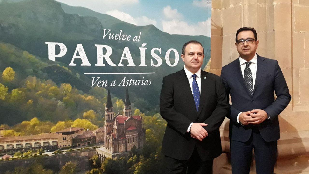 El consejero de Empleo, Industria y Turismo, Isaac Pola (izq) y Julio González Zapico, director general de Comercio y Turismo (dcha)