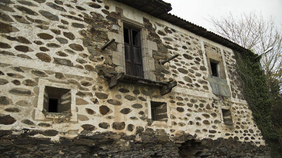 Ruinas de la antigua casa rectoral de San Vitorio de Ribas de Miño, en O Saviñao