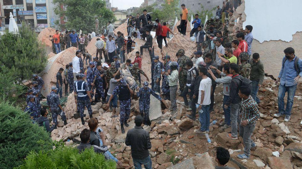 «A mi alrededor los muros de las casas se han caído. Todas las familias están fuera, en el patio, acurrucadas las unas contra las otras, los temblores continúan», ha constatado un periodista de la AFP en Katmandú.