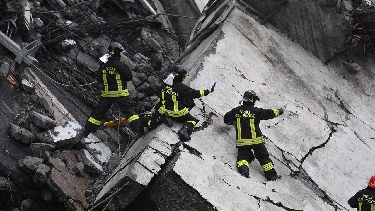 Así trabajan los bomberos entre los escombros en Génova.Varias personas se manifiestan contra el Brexit en Londres