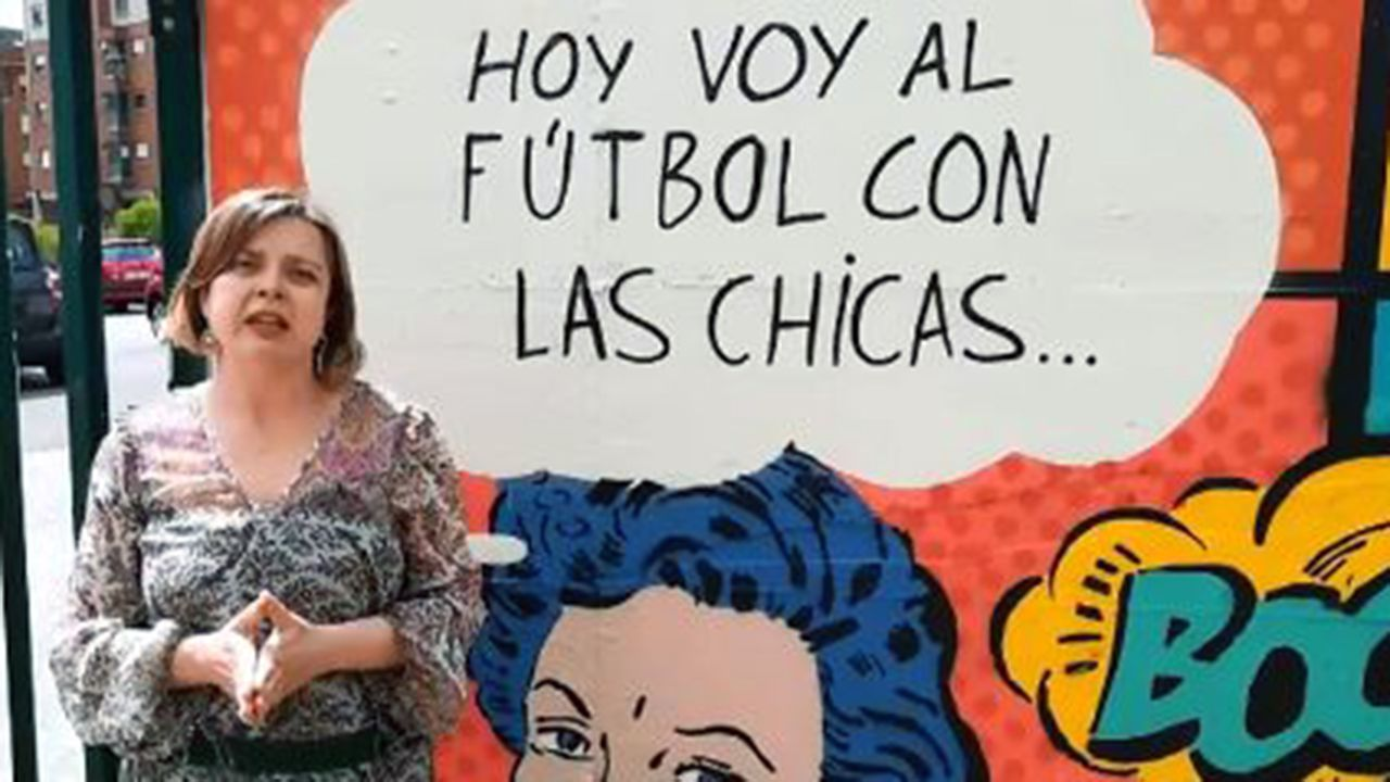 La concejala de Educación de Oviedo, Mercedes González, con alumnos de Infantil de la escuela Dolores Medio.Ana Taboada