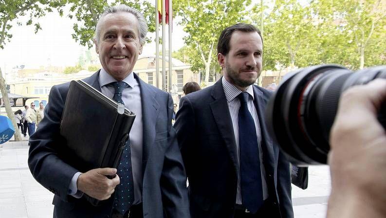 Miguel Blesa (izquierda) llega a los juzgados de Plaza de Castilla