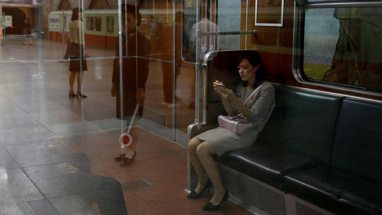 Un mujer, sentada en un vagón del metro de Pyongyang