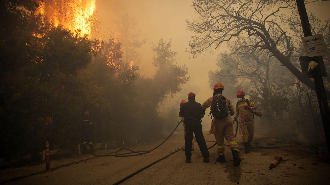 Al menos 50 muertos por los incendios en Grecia.