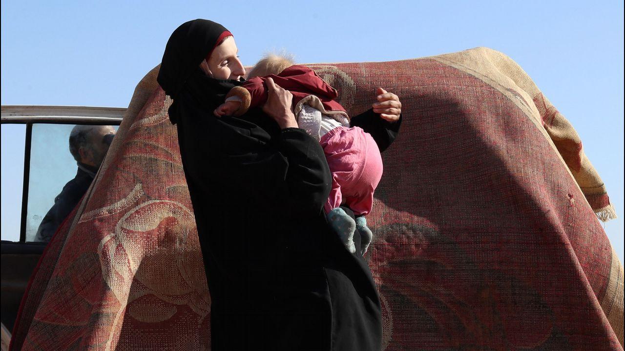 Leonora, con uno de sus dos hijos, en medio del desierto sirio