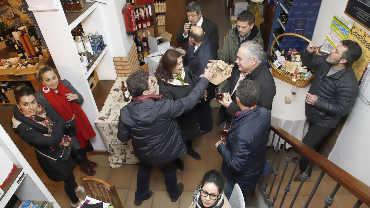 ¡Búscate en la cata de vinos que tuvo lugar en La Vinoteca de Tucho!.Casado asegura que el PP es la única fuerza moderada para defender la unidad de España