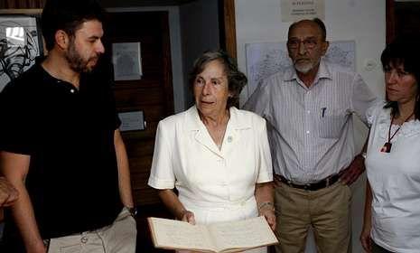 Valentín García ?izquierda? en 2011 en el Cetmo, durante la donación de un cuaderno de Alexandre Bóveda