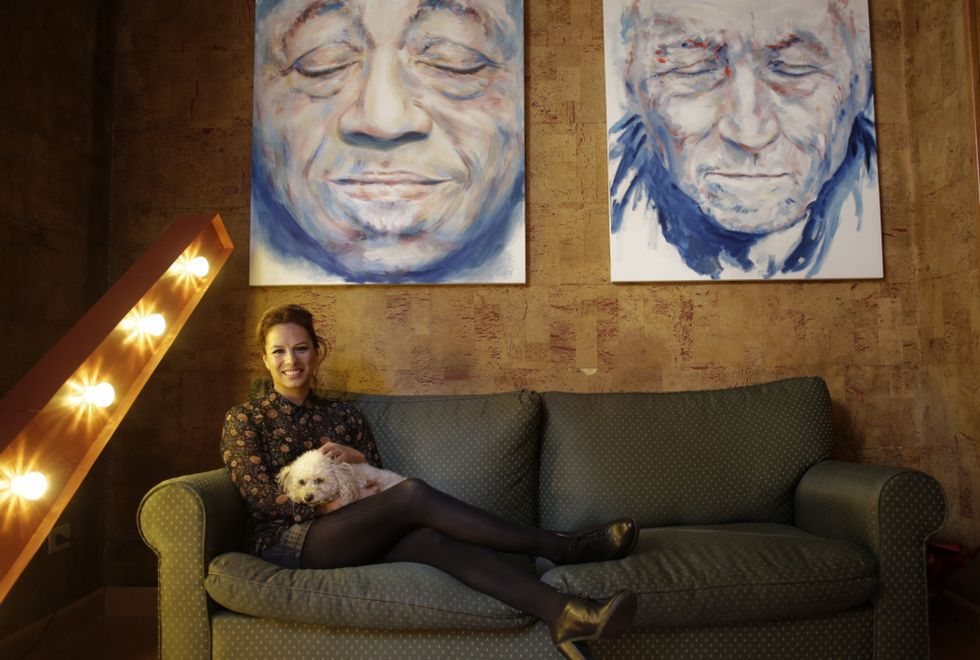 La pintora Marita Carmona, bajo dos de sus últimos cuadros, tiene 40 años y dice que es «una mujer, ni chica ni señora».