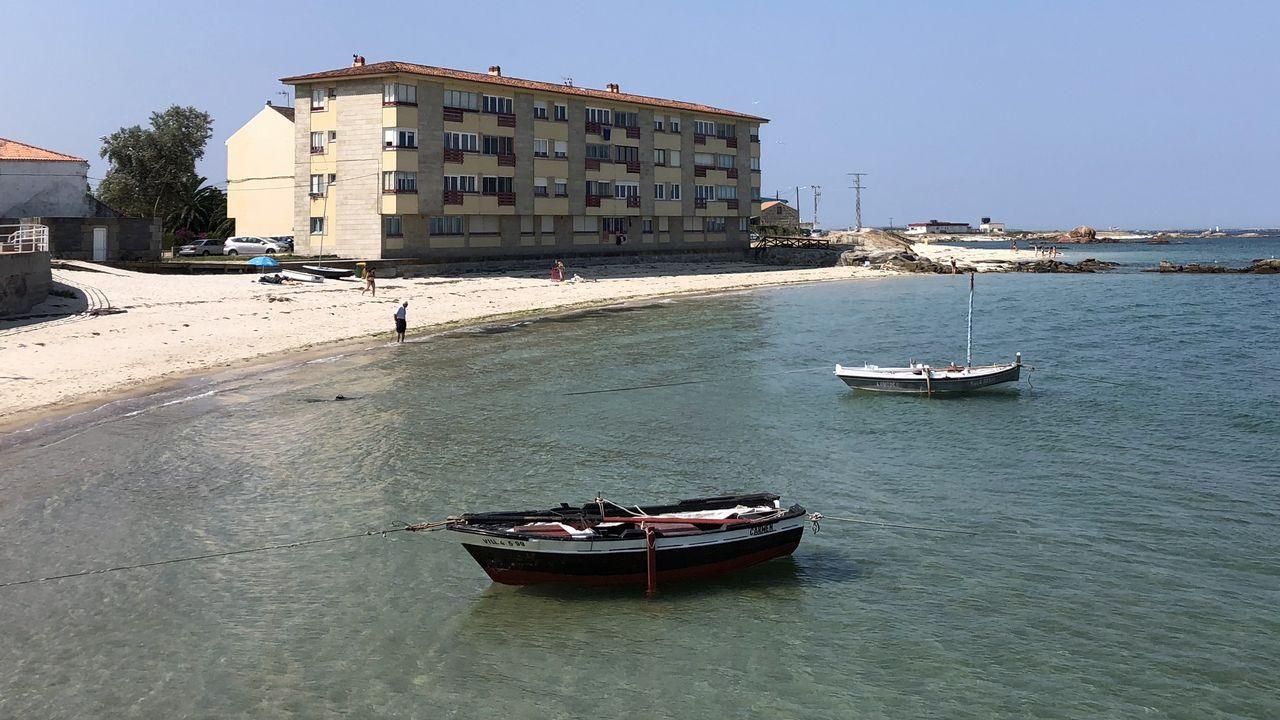 La Guardia Civil investiga la procedencia de dos fardos con 40 kilos de cocaína hallados en la costa de Navia