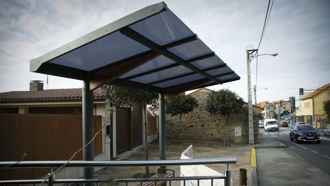 El ayuntamiento coruñés de Oleiros optó por marquesinas «minimalistas» para que los vándalos tuvieran menos superficie en la que actuar. La contrapartida, menos protección del frío y la lluvia para quienes esperan el bus