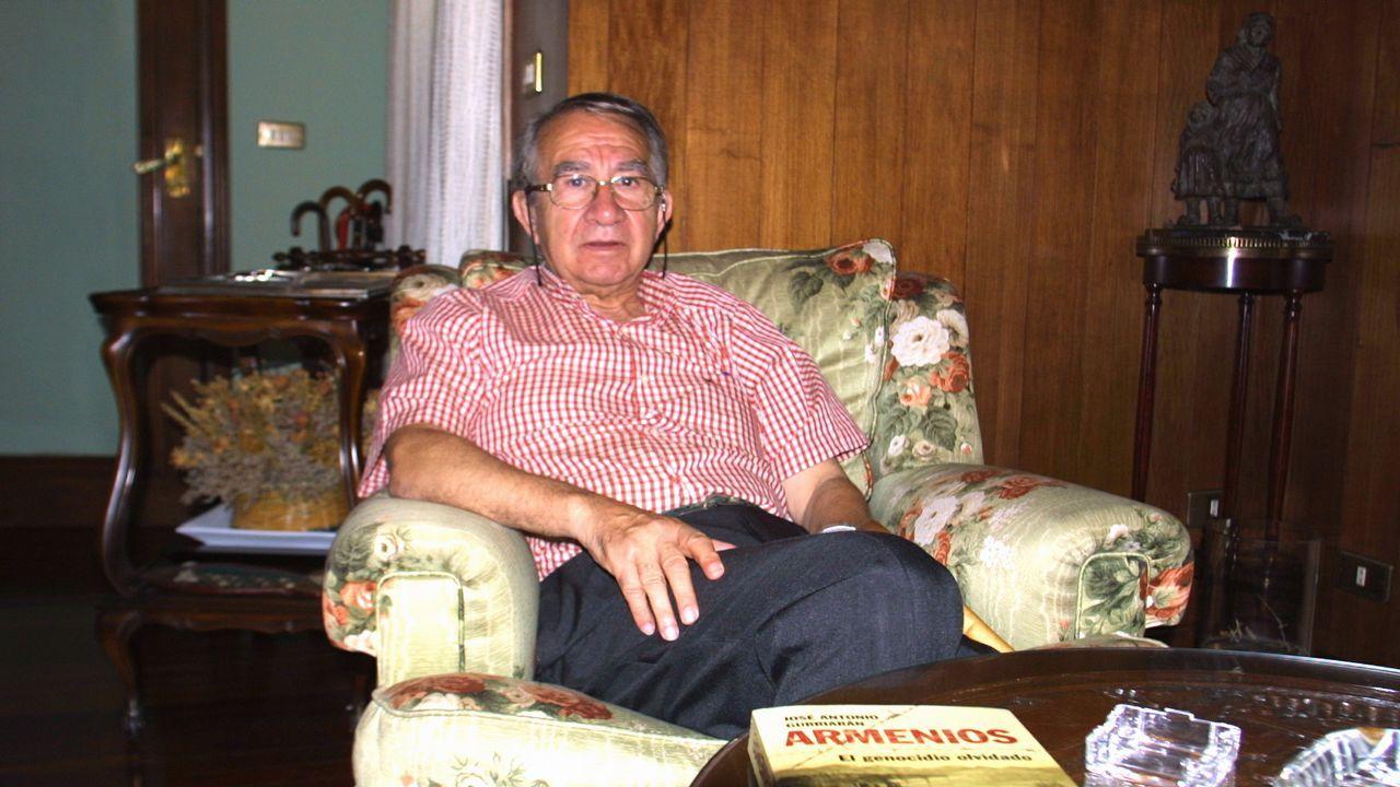 El periodista y escritor José Antonio Gurriarán, retratado en el verano del 2008 en su casa de O Barco