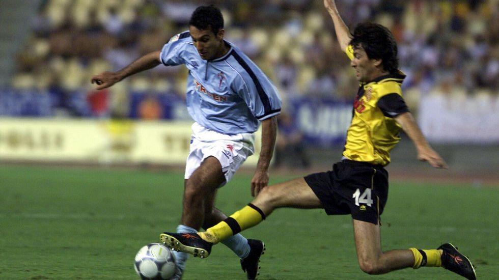 Fichó por el Celta poco después de ganarle la final de Copa del 2001 con el Zaragoza. En la imagen, con Gustavo López en aquel choque.