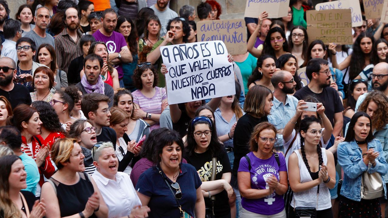 .Concentración en Santiago contra la resolución de la Audiencia de Navarra