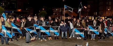 Algo más de 200 personas se concentraron en la plaza 8 de Marzo para protestar contra la sentencia del «Prestige» .