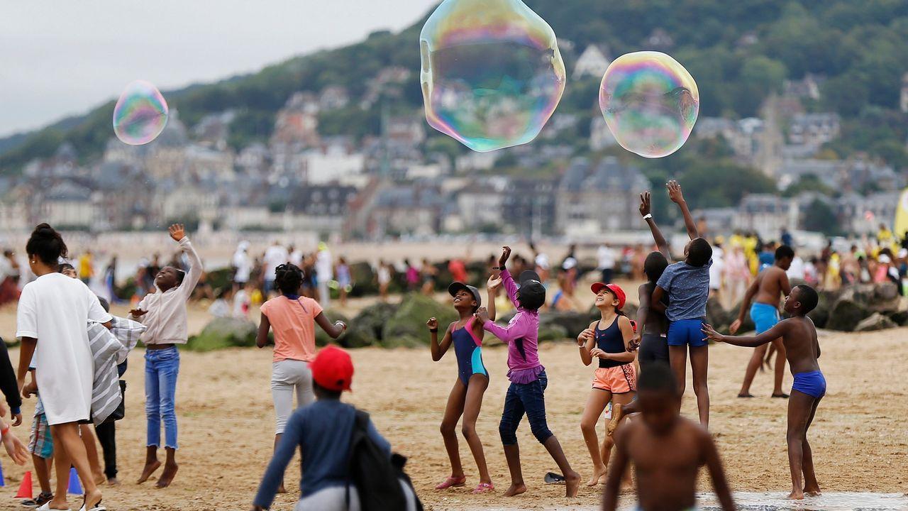 Unos niños juegan en una playa de Francia.