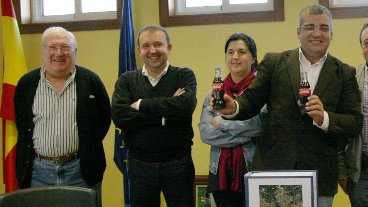 El alcalde de Oza-Cesuras, Pablo González (primero por la derecha) en sede municipal acompañado por su suegro, José Ramón Peón (primero por la izquierda)