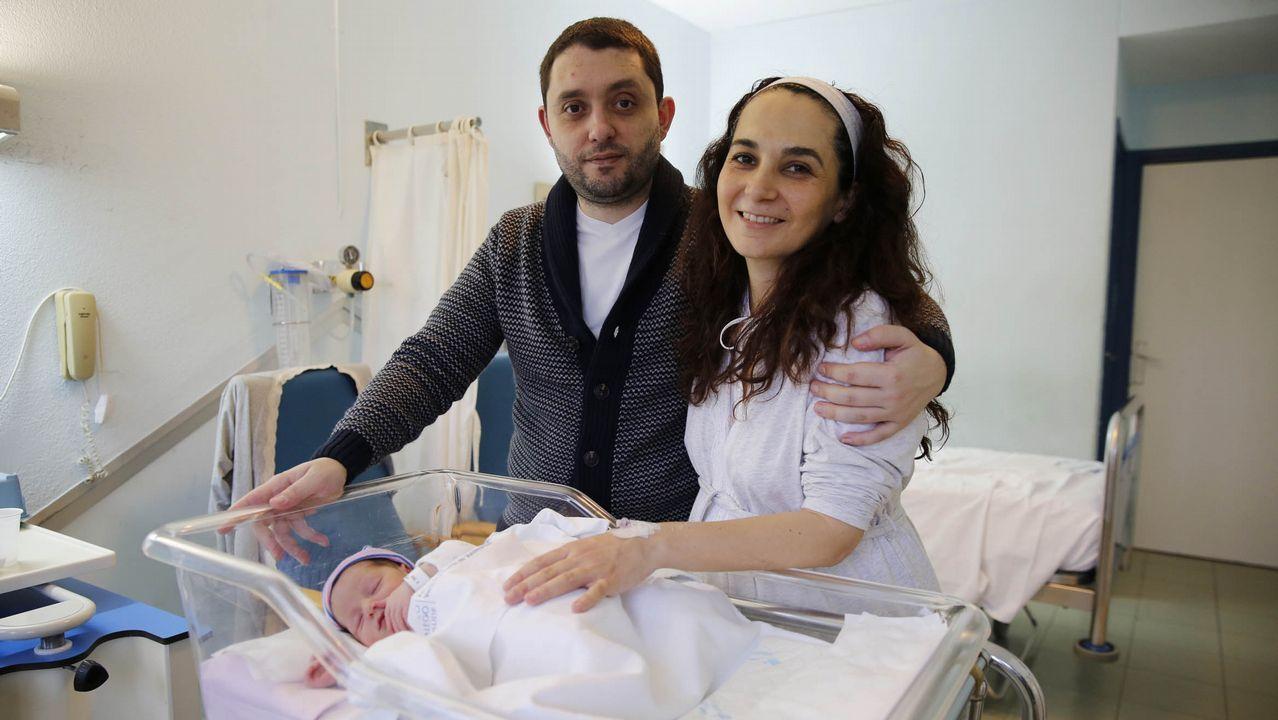 .Helena André Vázquez (en la imagen con sus padres, José Antonio y Virginia) fue la última niña ourensana que nació en el 2017