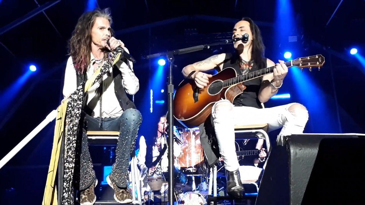 .Steven Tyler y el guitarrista portugués, Nuno Bettencour.