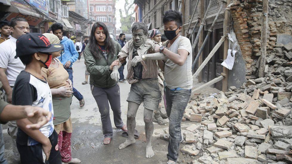 El principal hospital de Katmandú se ha llenado con decenas de personas heridas tras el potente terremoto