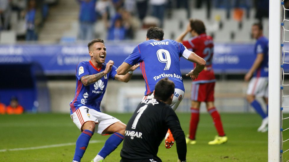 Toche y Aaron celebran un gol del Real Oviedo.Toche anota su gol frente al Zaragoza