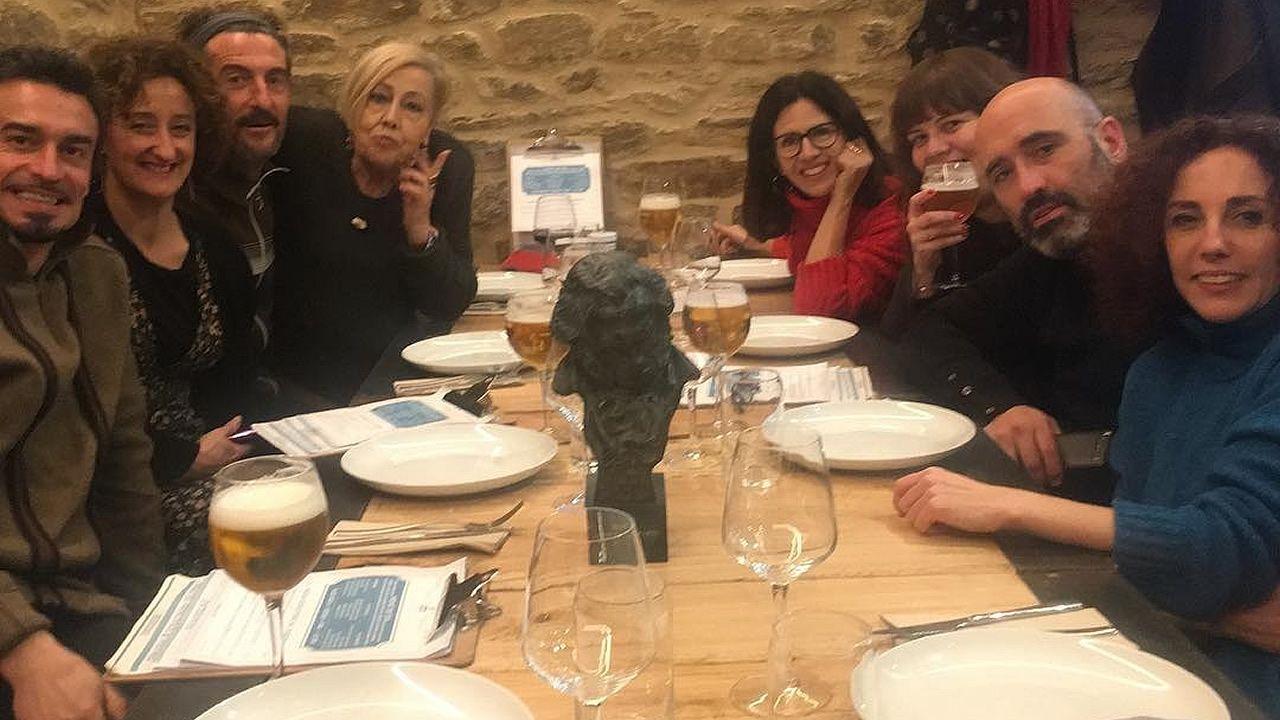 Un Goya para a tía Cefe no seu 89 aniversario.Luis Zahera con sus amigos de celebración en el Benboa y el Goya presidiendo la comida