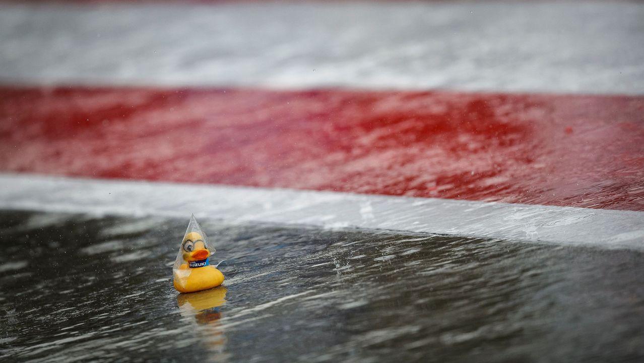 Un pato de goma del Team Suzuki Ecstar se ve en el pitlane mojado durante la segunda sesión de entrenamientos del Gran Premio de MotoGP de Austria en el Red Bull Ring en Spielberg