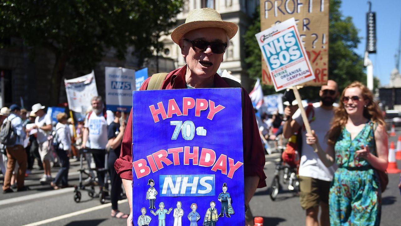 Xisco Gràcia: «Es increíble que hayan salido, han nadado en chocolate».Manifestación a favor de la NHS en Londres