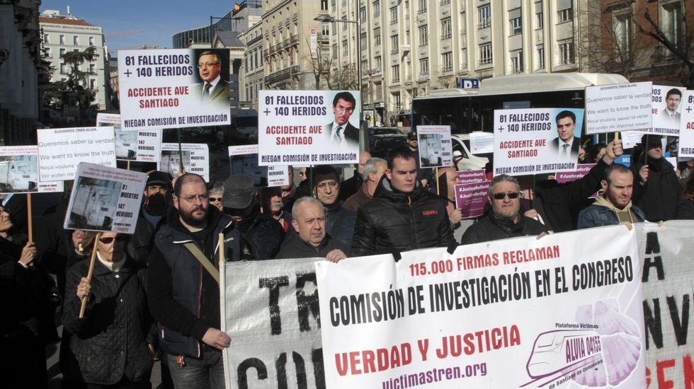 .Víctimas del Alvia, manifestándose el pasado mes de febrero frente al Congreso de los Diputados