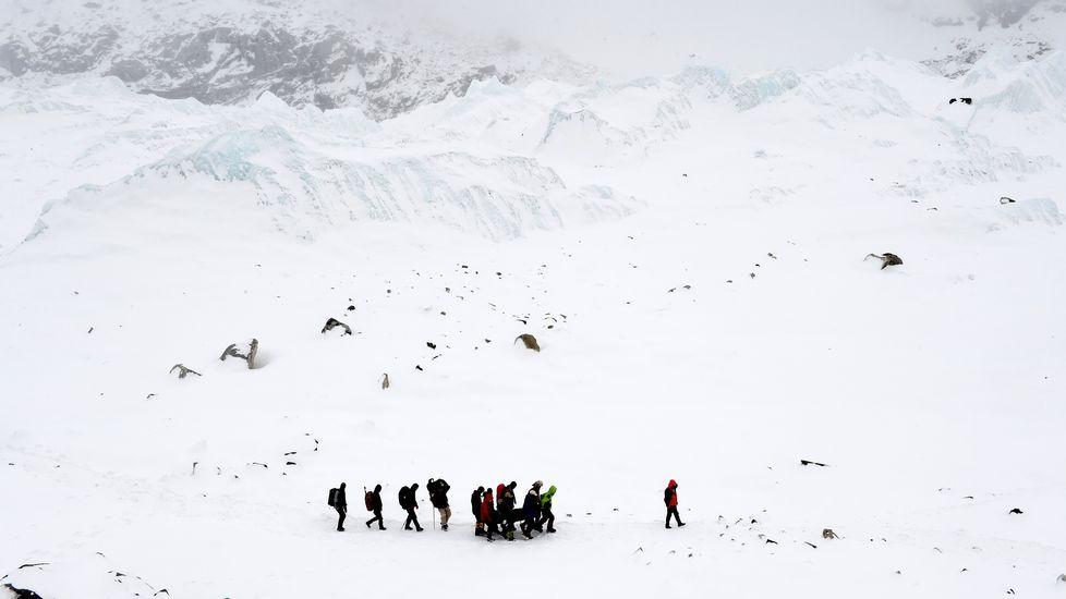 Desde primera hora de la mañana las autoridades acceden al campo base del Everest con helicópteros enviados desde la India