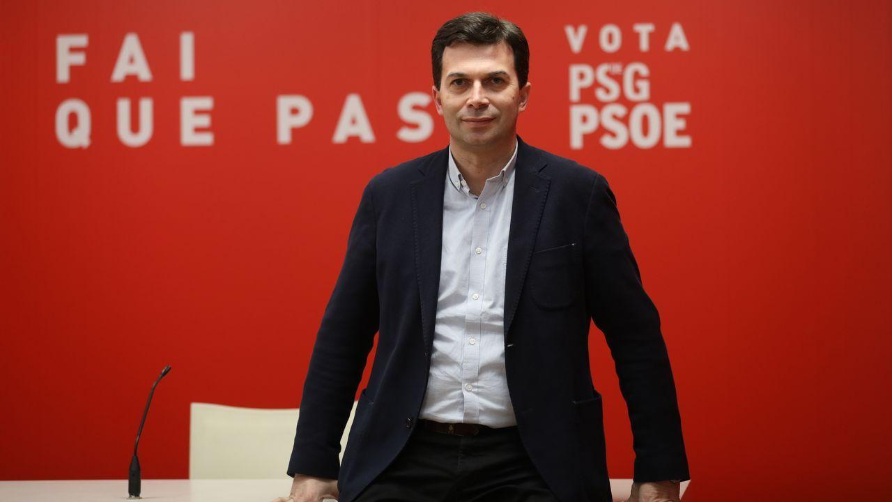 El PP reclama el papel de Casado como líder de la oposición.Brigadistas trabajando en la extinción de un incendio forestal en una foto de archivo