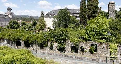 .Los jardines que rodean el viejo hotel albergan ruinas de parte de las instalaciones que tuvo en su día el balneario.