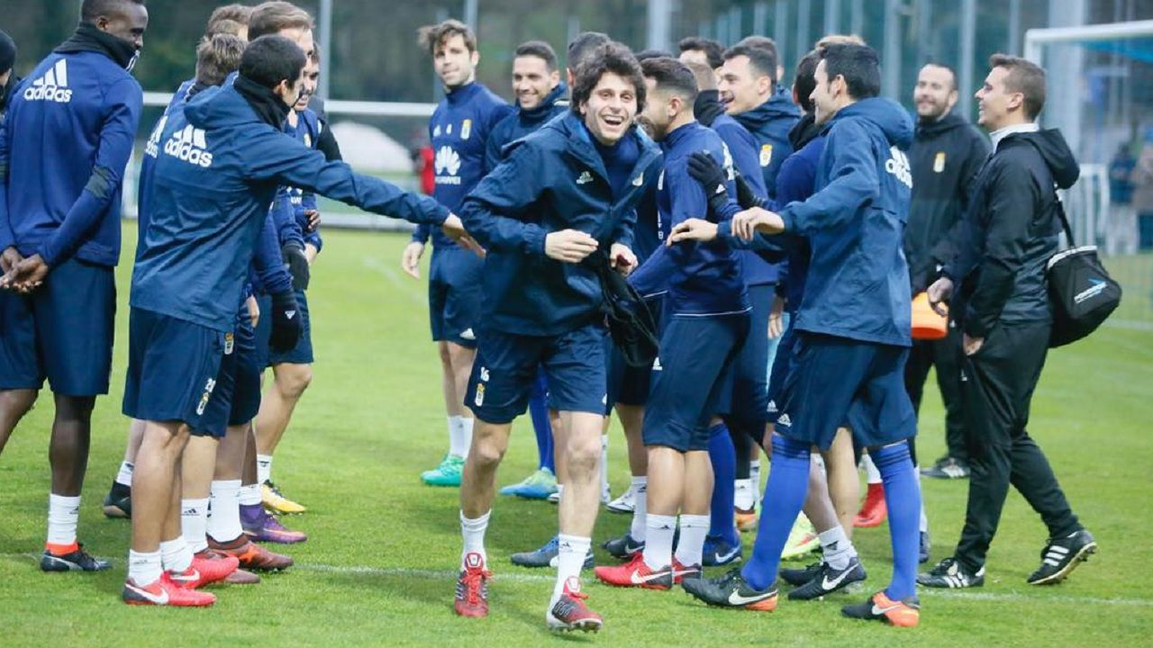 Fabbrini Requexon Real Oviedo.Hidi pugna un balón con Caballero en el Almería-Oviedo