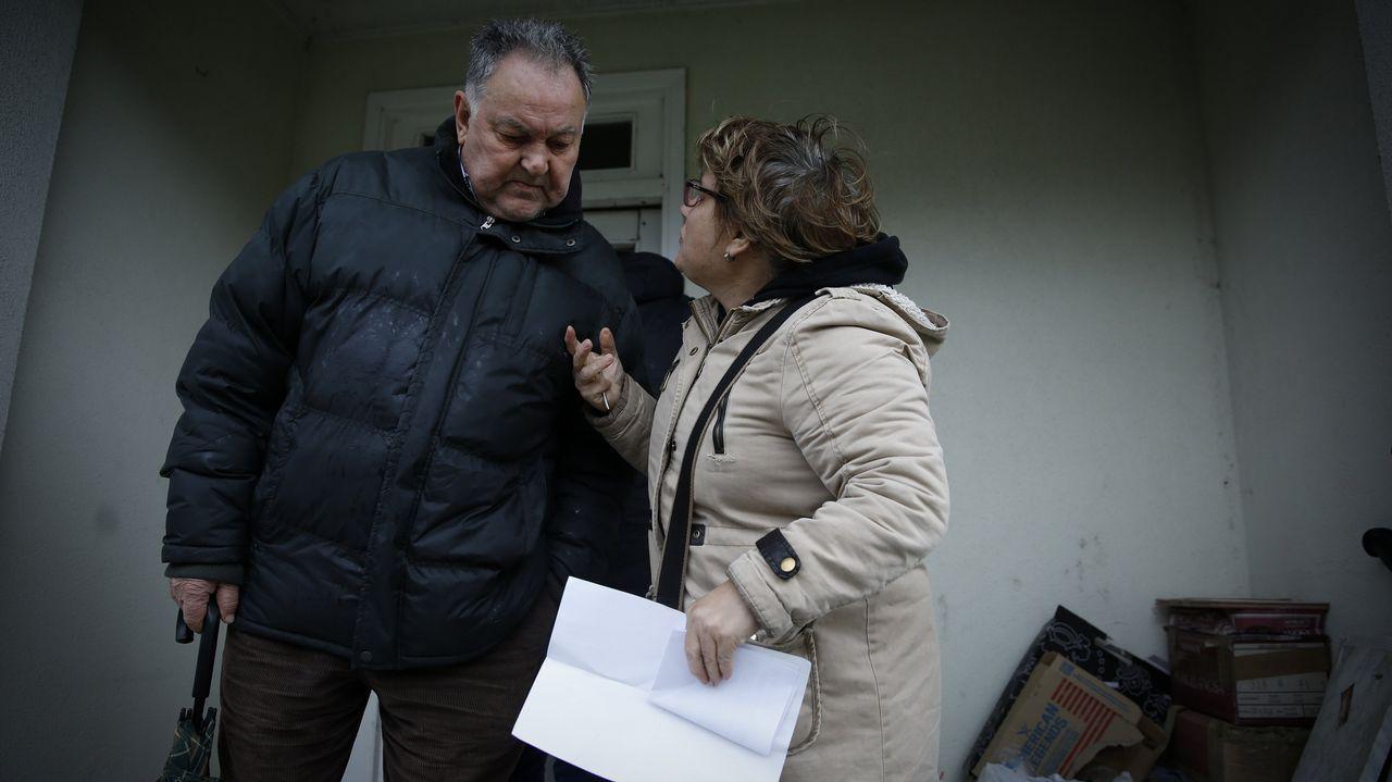 Carlos, a la izquierda, dialogando con Carmen tras recibir las llaves de la casa okupada