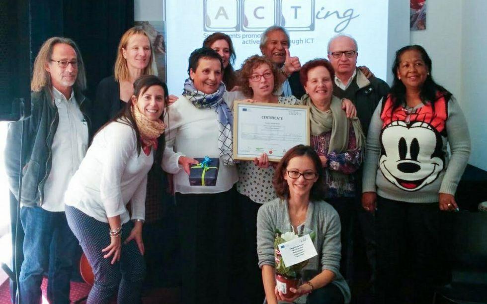 Las premiadas, en el centro, con más participantes, ayer en Ginebra.