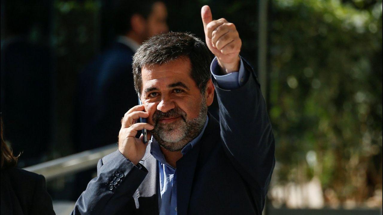 Rufián recuerda al PSOE que el «mejor desinfectante es la cal viva».Puigdemont observa el partido Girona-Getafe en un bar de Bruselas