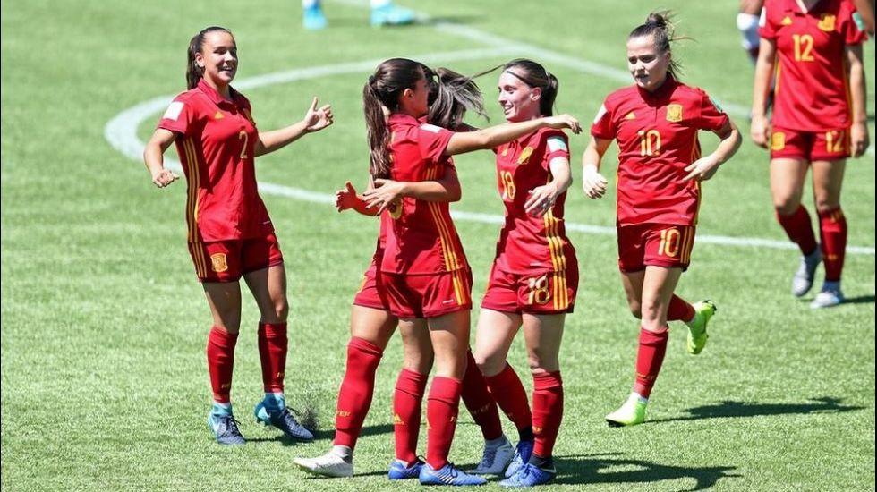Jugadoras de la selección sub-17 de fútbol femenino celebran uno de sus goles en la final
