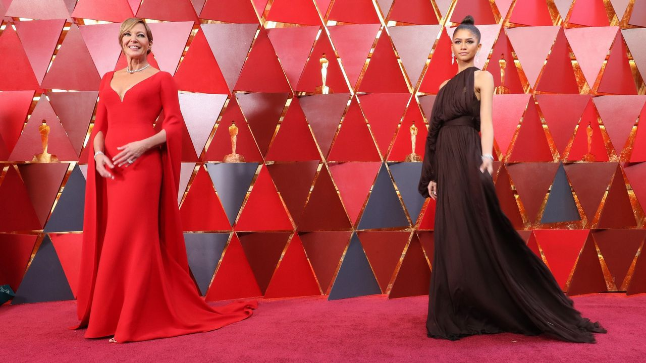 .Allison Janney y Zendaya posando en la alfombra roja