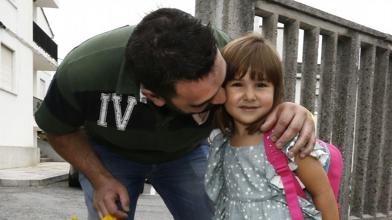 .Albano y la pequeña Zeltia, ayer por la mañana llegando al CEIP Virxe do Carme de Burela