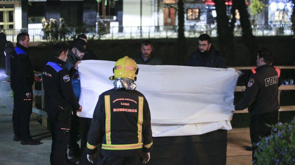 Chequeo a la etapa más popular del Camino Francés.Bomberos y policías junto al cuerpo, tapado con una sábana mientras lo examina la médico forense