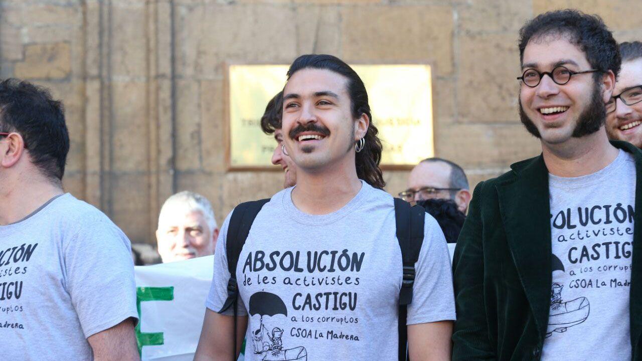 Concentración en apoyo a los diez encausados por la ocupación de La Madreña frente al TSJA.Andrés Vilanova