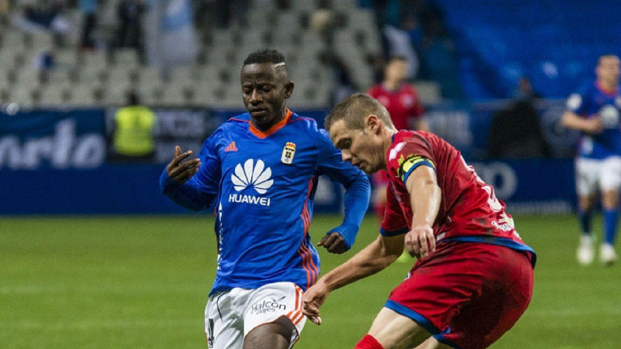 Yeboah Real Oviedo Carlos Tartiere Numancia Horizontal.Yeboah pelea un esferico con Ripa durante el encuentro